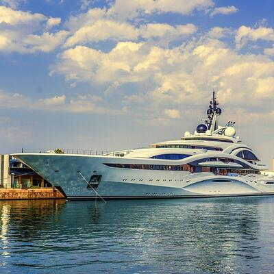 Cruise on a luxury yacht
